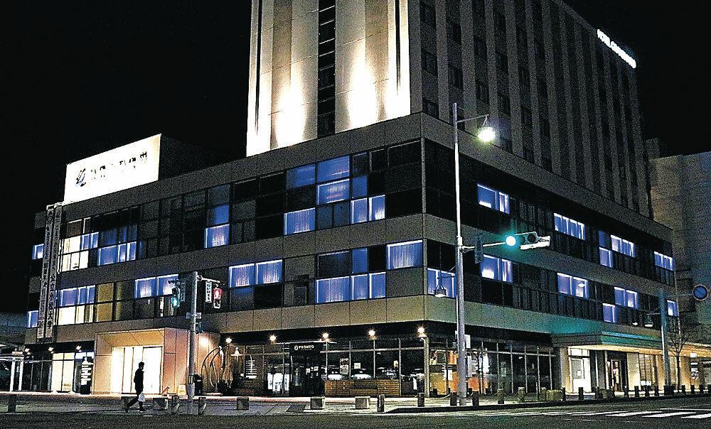 医療関係者に感謝を示す青色のライトアップ=小松市土居原町