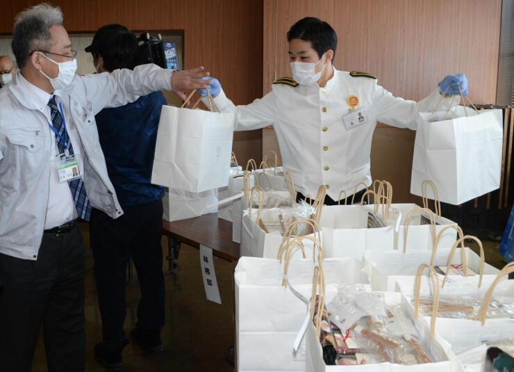 注文があった弁当を受け渡す犀北館のスタッフ(右)