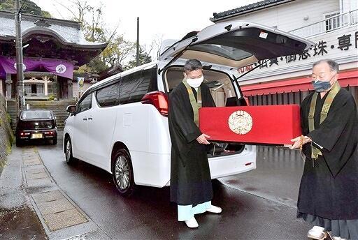 車で吉崎東別院に運び込まれる蓮如上人の御影=4月23日午後4時、福井県あわら市吉崎1丁目