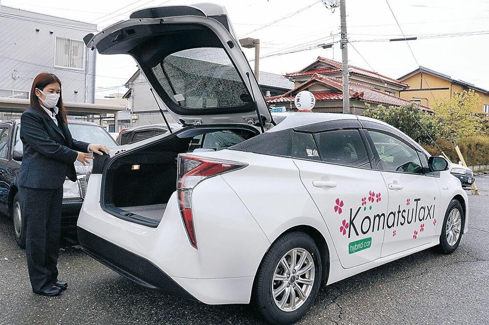 飲食店からの宅配サービスを始める小松タクシー。トランクに商品を載せて届ける=小松市園町