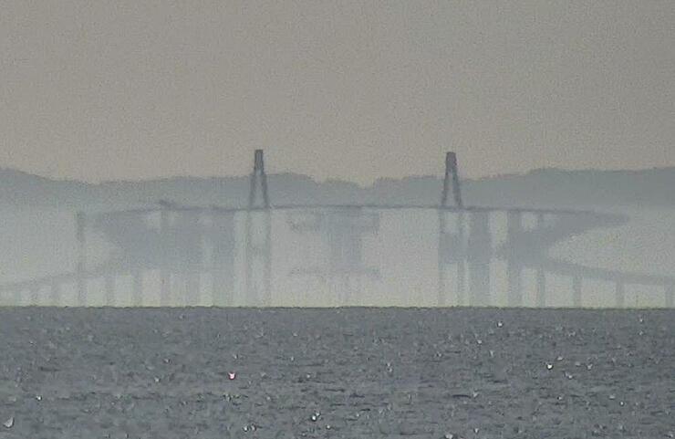 新湊大橋が変形して見えた3月26日の蜃気楼を収めたライブカメラ映像