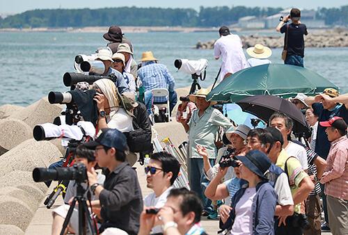 2018年7月、蜃気楼を見に大勢が詰め掛けた海の駅・蜃気楼。こうした密集を避けるため、自宅での観測を呼び掛ける