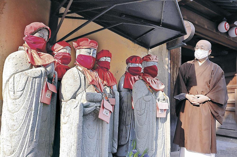 赤いマスクを着けた地蔵=金沢市千日町の雨宝院