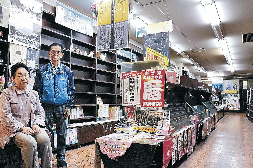 本棚が空になった森井書店の店内=金沢市尾張町1丁目