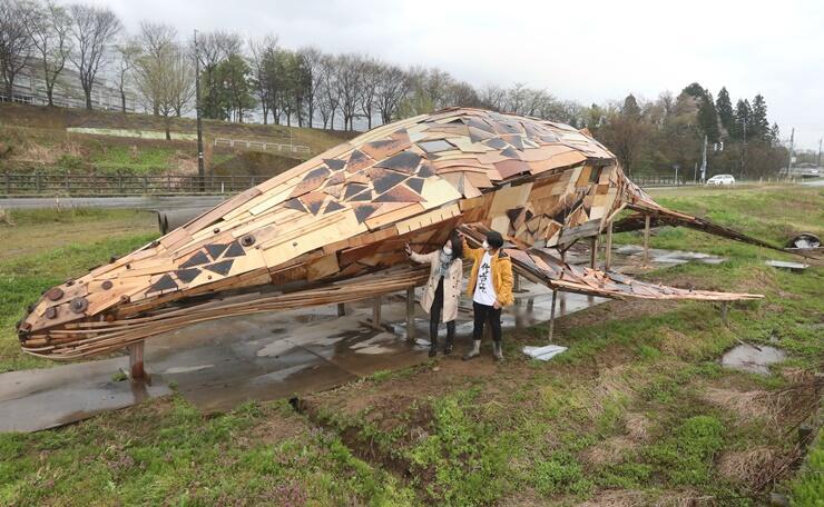 全長20メートルの巨大なクジラのアート=長岡市巻渕2
