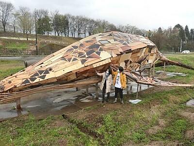 廃木材がクジラに転生 長岡・栃尾の協力隊員制作