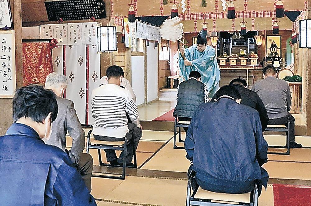 大漁祈願祭でおはらいを受ける船長=能登町小木の御船神社