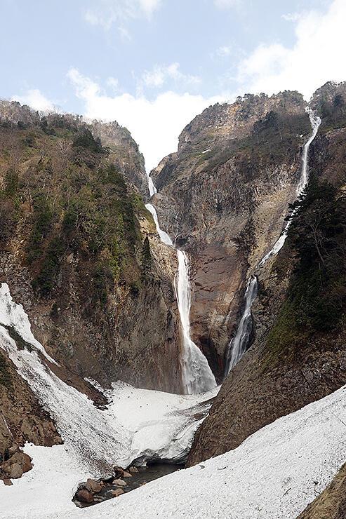 V字を描いて流れ落ちる称名滝(左)とハンノキ滝=立山町芦峅寺
