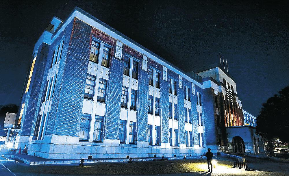 青色にライトアップされたしいのき迎賓館=1日夜、金沢市内