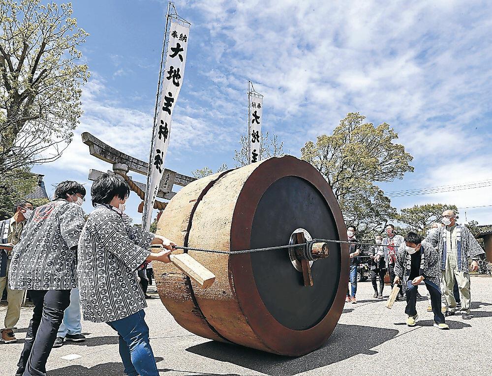 神社前に並べられたでか山の車輪=七尾市山王町の大地主神社