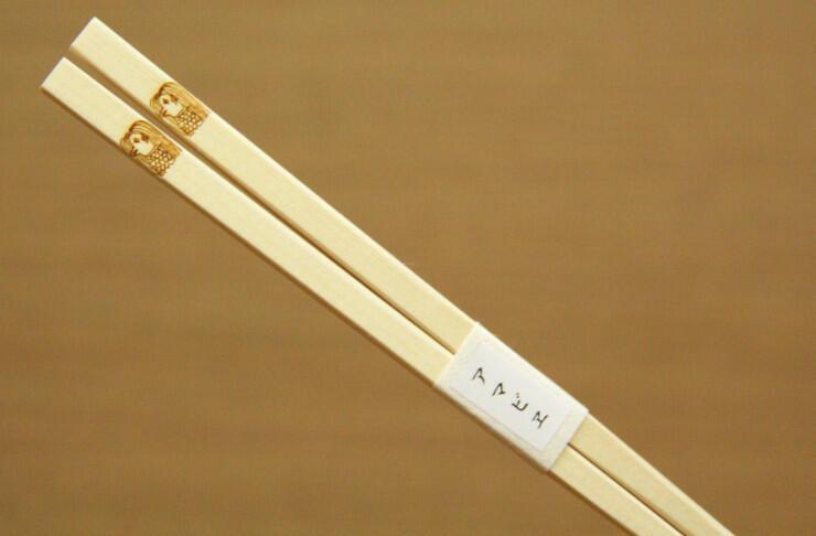 アマビエをあしらった箸。説明文を付けて販売している