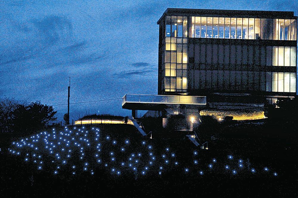 青色にライトアップされた「哲学の杜」=かほく市内日角