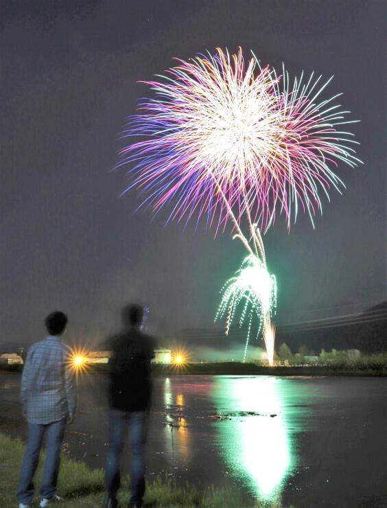 地元煙火店が打ち上げた花火を見る人たち=5日午後8時1分、飯島町七久保