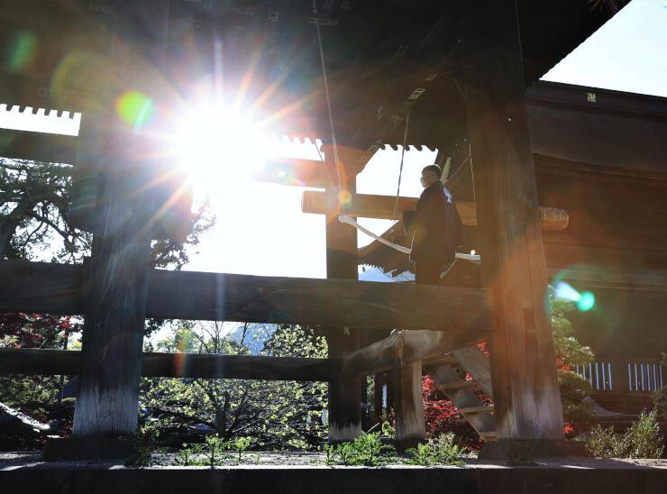 医療従事者らへの感謝の思いなどを込め「共感の鐘」として突かれた善光寺鐘楼の鐘=8日午後5時、長野市