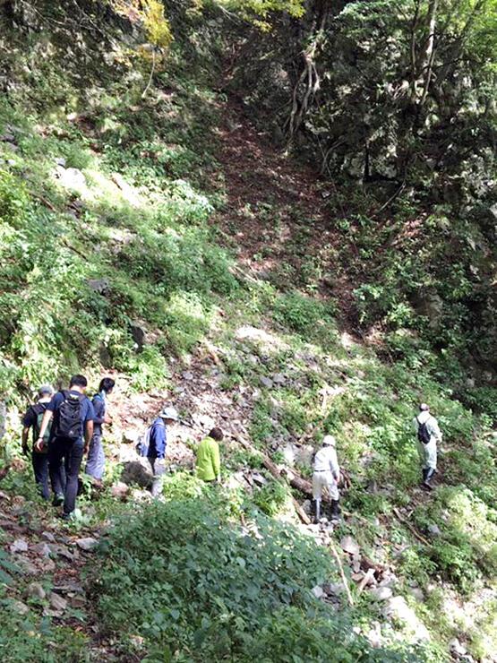 落石があった付近を注意深く進むメンバー