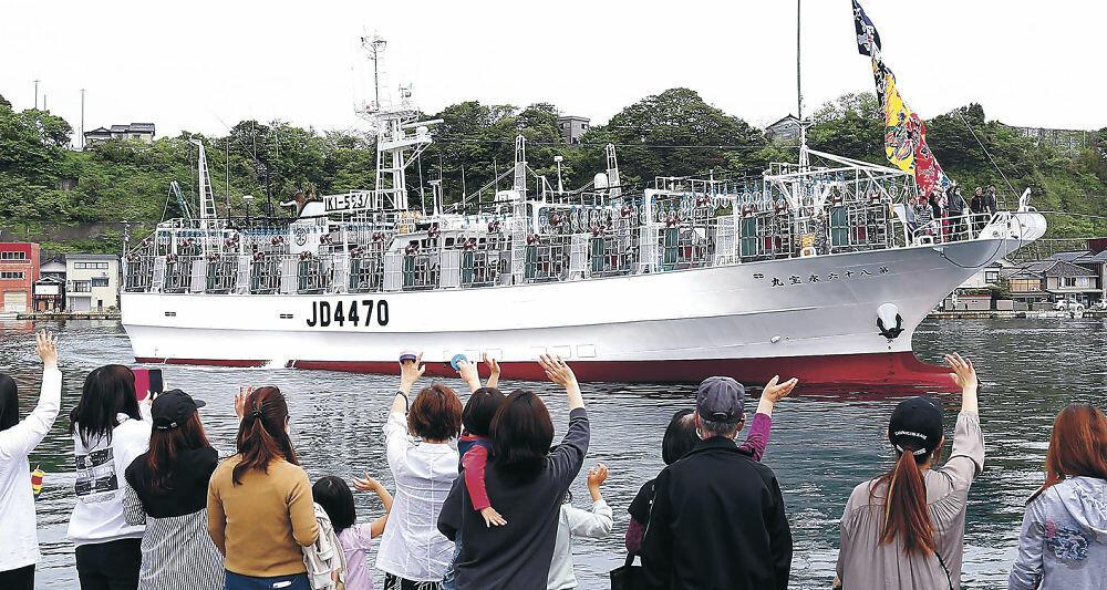 アカイカ漁に向けて出漁する中型イカ釣り船=能登町小木港