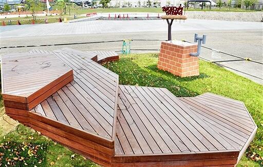だるまちゃん広場に完成した「からすのパンやさん」エリア=5月12日、福井県越前市武生中央公園
