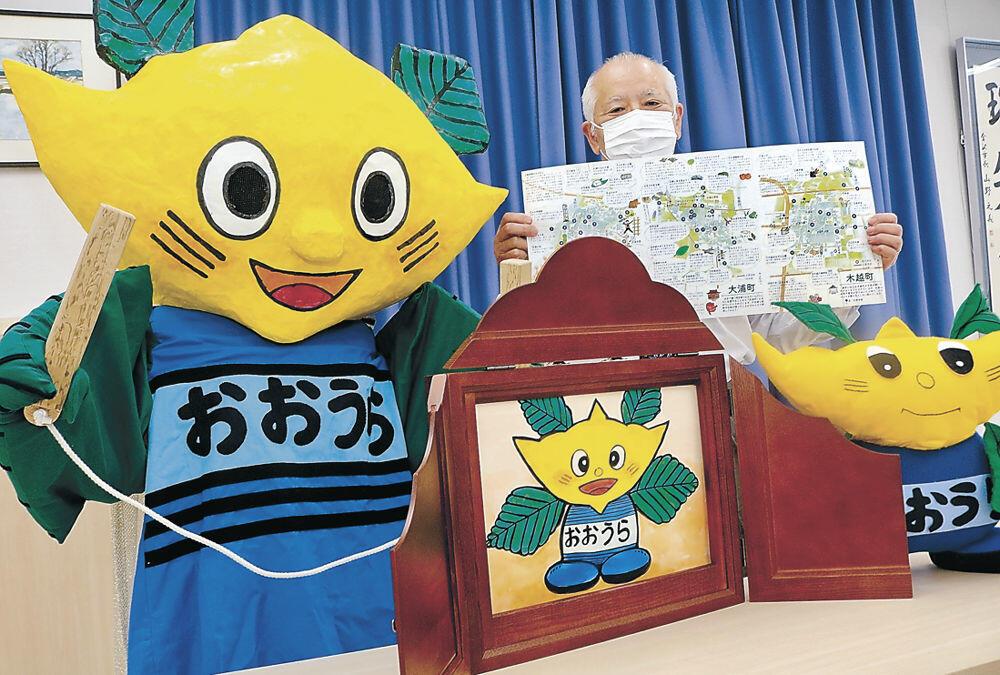 おもいでマップを紹介する本嶋館長と、新しく作った「ひし坊」の着ぐるみ、紙芝居=金沢市大浦公民館