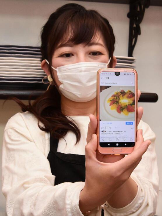 投稿したサラダのレシピを紹介する大和さん