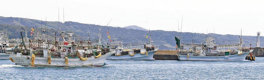 スルメイカ漁のため出港する漁船=輪島市門前町鹿磯の鹿磯漁港