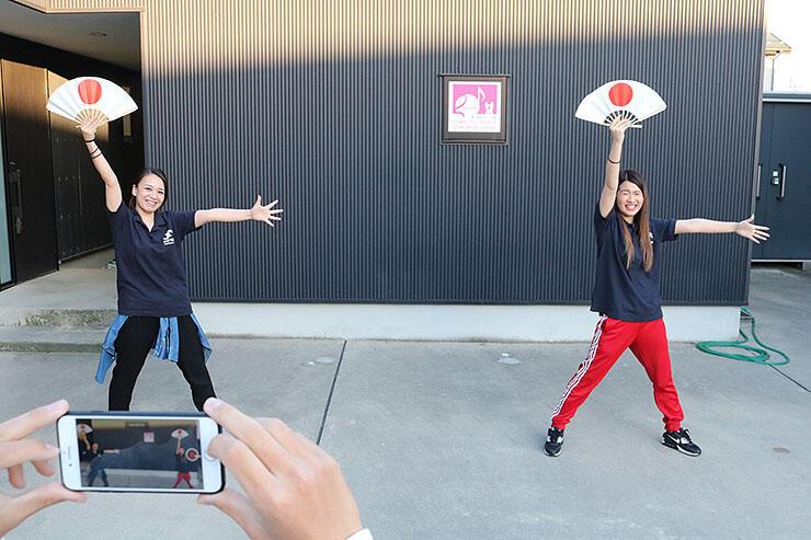 ソーシャルディスタンスを意識して踊る太田さん(左)ら