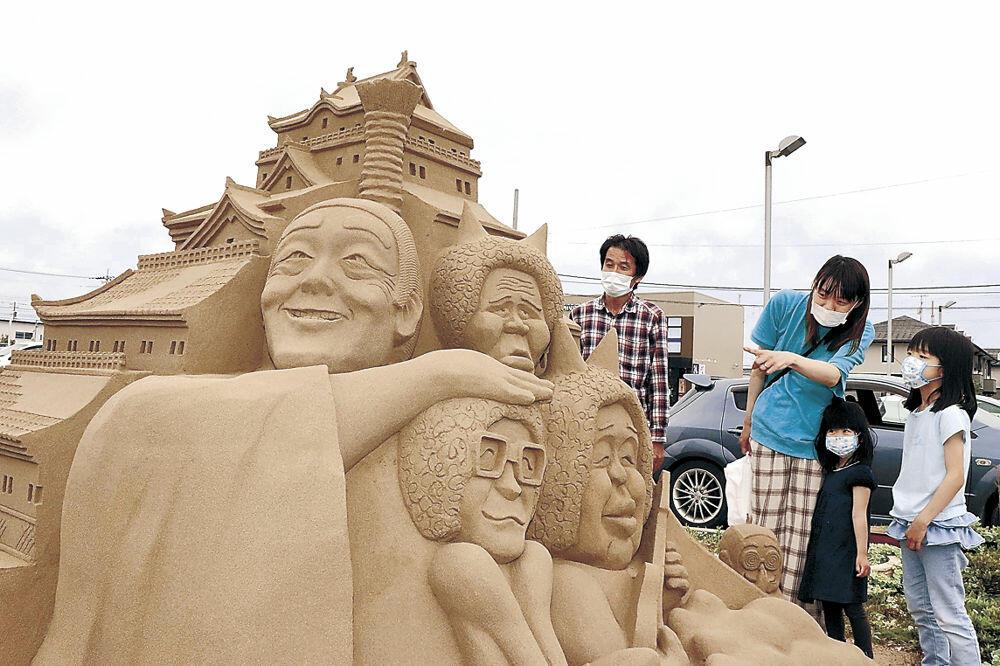 「アイ~ン」のポーズを決める志村けんさんとドリフターズのメンバーが彫られた砂像=金沢市藤江北4丁目