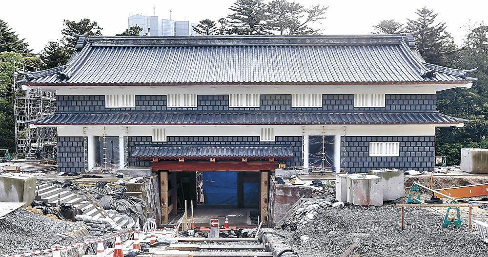 工事用の足場が外された鼠多門=金沢市内
