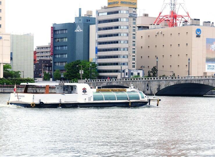 運航を再開した水上バスの定期便=17日、新潟市中央区