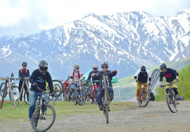 白馬岩岳マウンテンリゾートでマウンテンバイクを楽しむ来場者=17日午前10時12分、白馬村