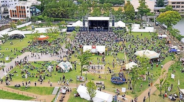 約1万人を動員した2019年のワンパークフェスティバル=福井県の福井市中央公園