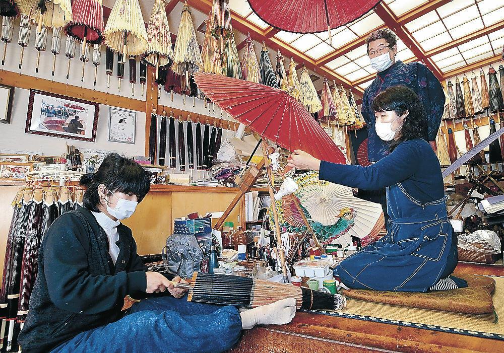 先代の技を継承する3代目重樹さんと弟子=千日町