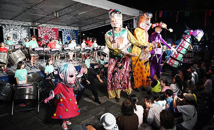 巨大人形も登場し、会場を盛り上げたオープニングステージ=2019年8月23日、南砺市福野文化創造センター
