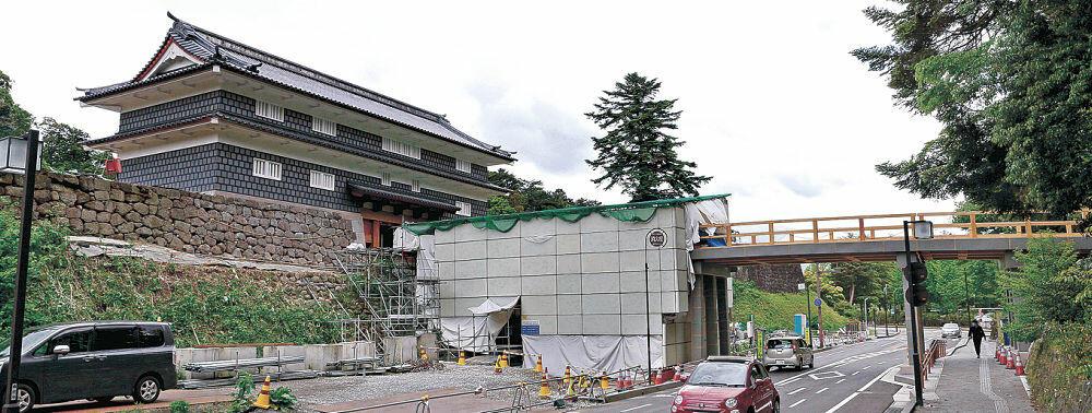足場が外され、尾山神社側からもすっきりと見えるようになった鼠多門=金沢市内