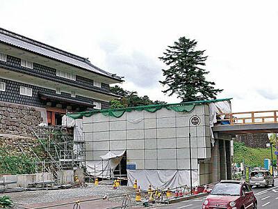 金沢城鼠多門 明治以来の威容、緑に映える