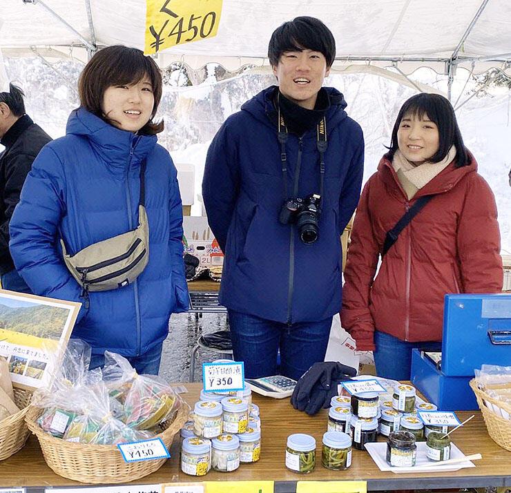 利賀元気市2020でブースを設け、利賀地域の特産品を販売するトガプロのメンバー=2月8日