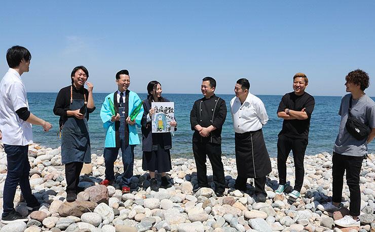 写真撮影のため海岸に集まったメンバー