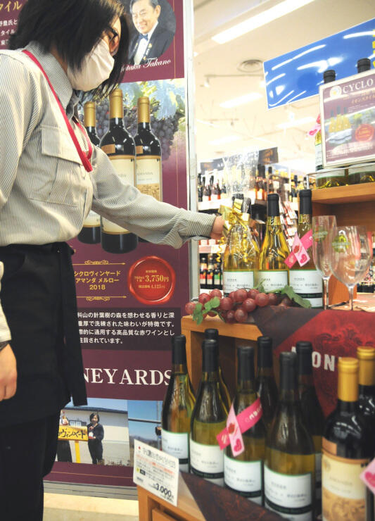 ワイナリーやソムリエが共同開発したワインの特設コーナー=上田市のイオンスタイル上田店
