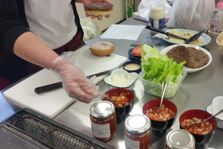 馬鹿バーガーの考案風景。ソースや野菜の組み合わせを検討した