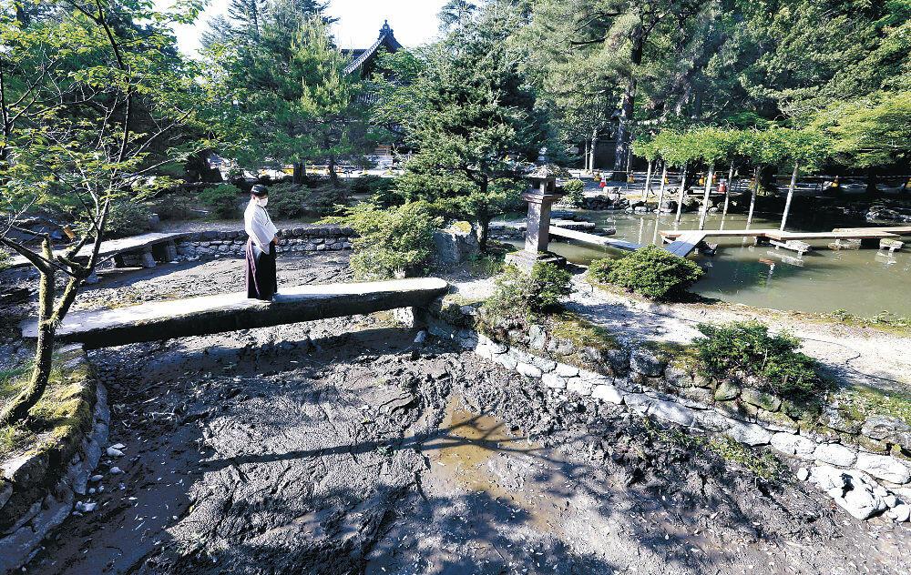 17年ぶりに池の水が抜かれた庭園=尾山神社