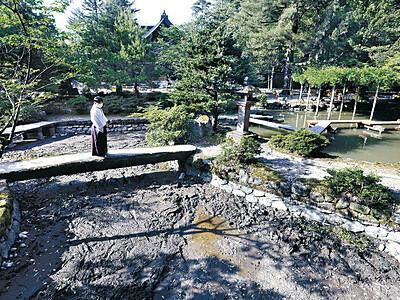 金沢の尾山神社 17年ぶり庭池の水を抜く