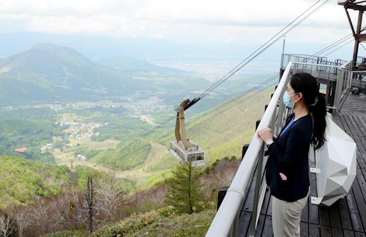 高社山(左)や新緑の眺めが広がる竜王マウンテンパークの展望テラス。県内客限定でロープウエーの運行を始めた=23日