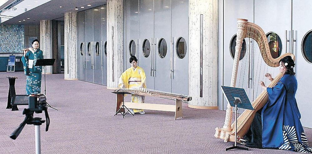 演奏の撮影に臨むコトハのメンバー=石川県立音楽堂