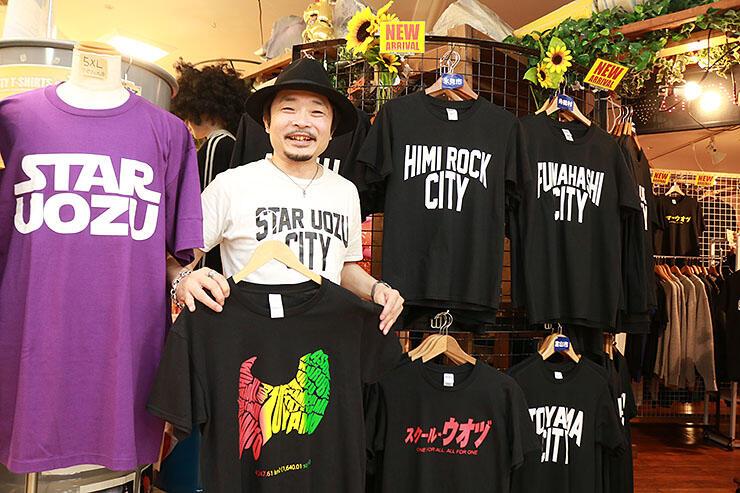 富山県地図や市町村名を題材にしたTシャツを紹介する大久保さん