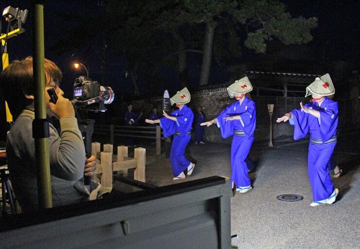 宵乃舞の雰囲気を楽しめる動画の撮影=佐渡市相川米屋町