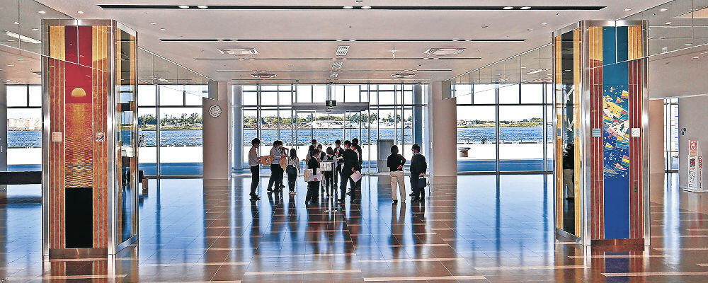 伝統工芸のパネル作品が訪れた人を出迎える待合エリア=金沢港クルーズターミナル