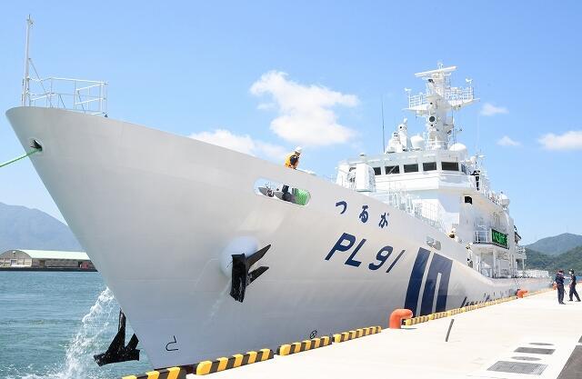 福井県敦賀市にある敦賀港に入港した敦賀海上保安部の大型巡視船「つるが」=5月29日