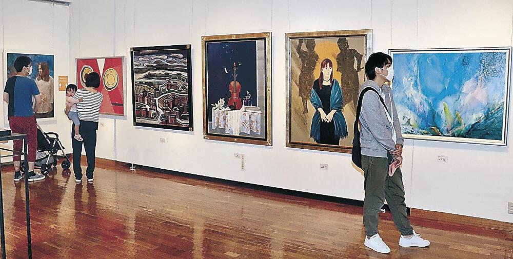 作品を観賞する来場者=七尾市の県七尾美術館