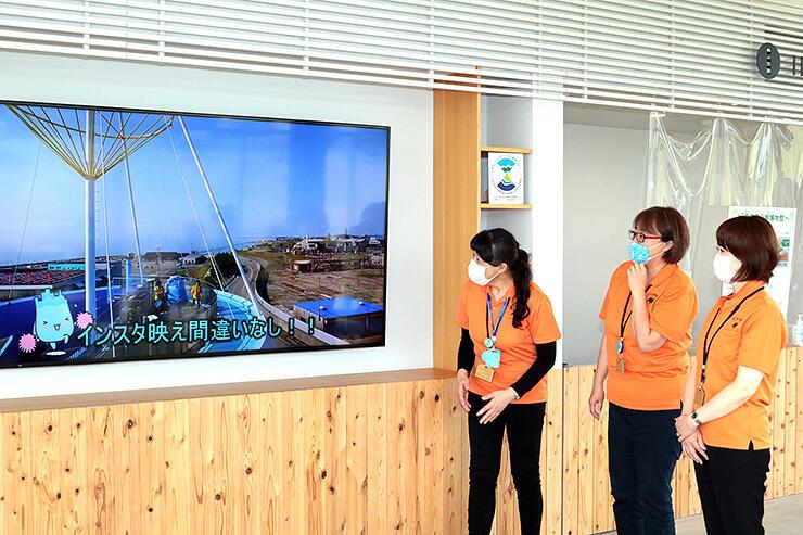 制作した映像を紹介するスタッフ=魚津埋没林博物館