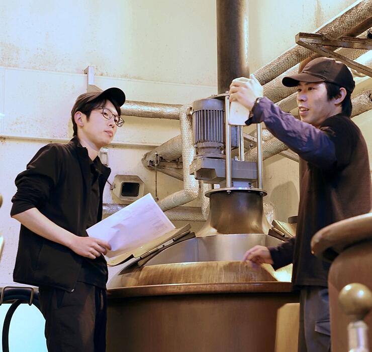 ビデオ会議機能を使って醸造所を紹介する住山祐次郎さん(右)と牧遼さん=胎内市