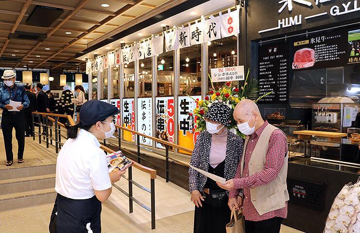 多彩な飲食店が並ぶ「とやマルシェのれん横丁」=富山駅